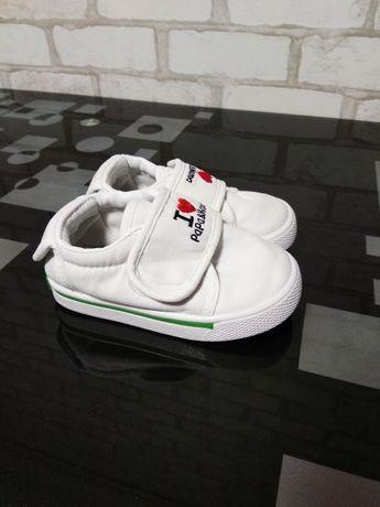 Білі кросівки, кеди, мокасини