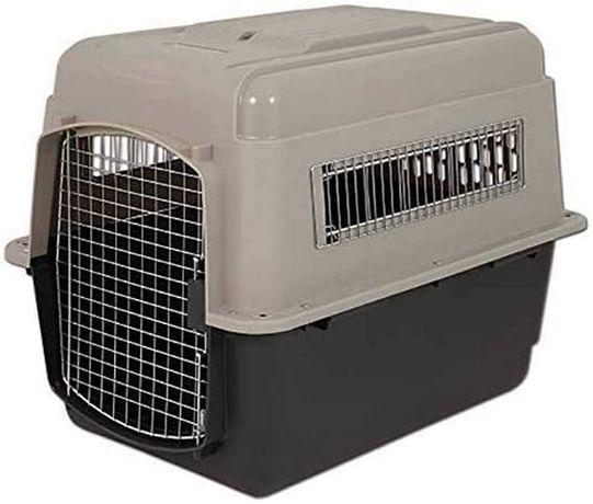 Caixa de transporte para cães ou gatos da marca Petmate.