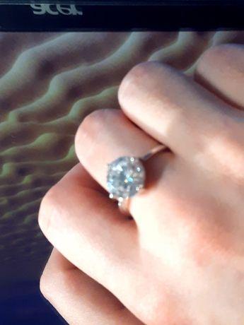 Piekny srebrny pierścionek z dużym diamentem.rozm 17