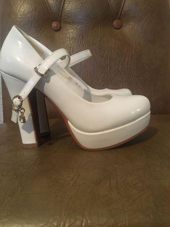 Весільні, жіночі туфлі.