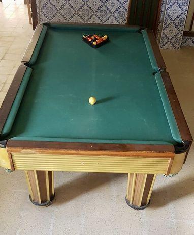 Mesa de Snooker, com tacos, bolas e triângulo. Mafra/Ericeira