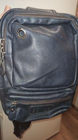 Рюкзак из высококачественного кожзаменителя с регулируемым ремешком