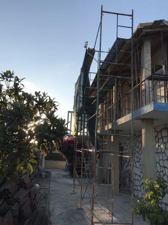 Andaimes, betoneira e extensores