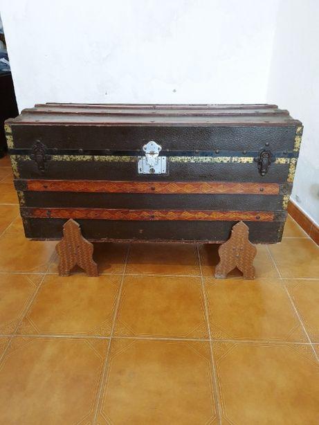 Arca antiga em madeira e metal de cor castanha