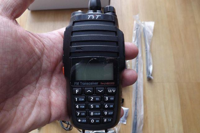 Rádio de comunicar portátil pequenino do tamanho da palma da mão.
