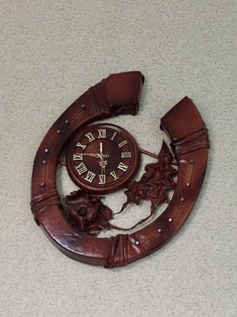 Дерев'яний годинник підкова