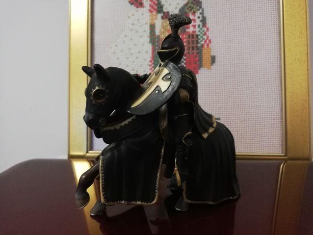 Czarny rycerz Schleich na koniu - figurka