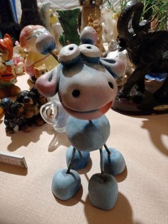 Śmieszna figurka niebieska zyrafa