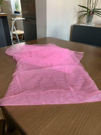 Różowy tiul różowe szarfy tasmy kokardy. Dekoracja weselna