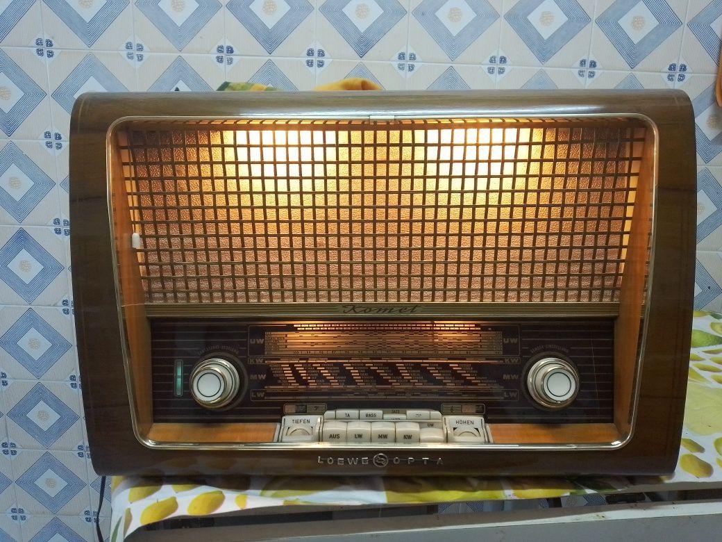 Rádio antigo LOWE-OPTA