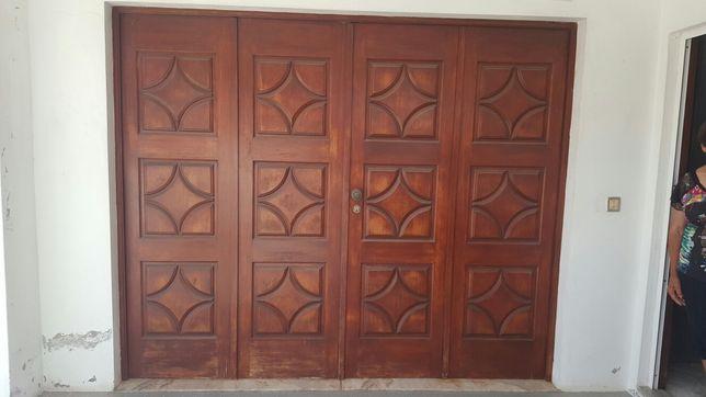 Portão de garagem e portas com janelas
