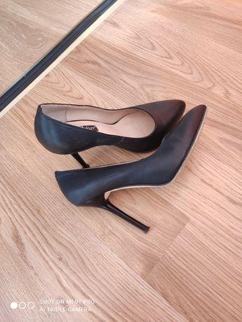 Продам туфли на шпильке