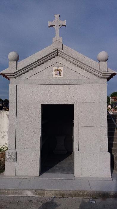 Capela jazigo em granito Alpendorada, Várzea E Torrão - imagem 1