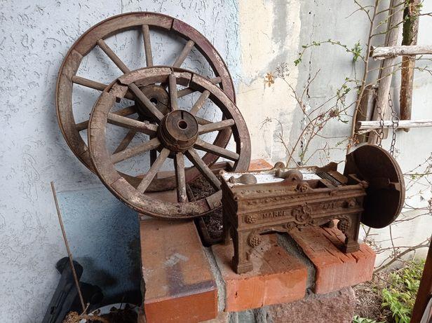 Dwa koła drewniane oraz starodawna maszyna do cięcia tytoniu domowa