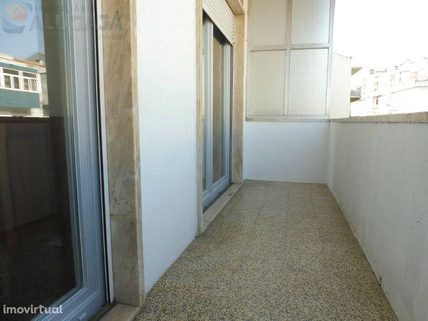 Queijas - Apartamento T2 muito bem localizado e bastante soalheiro.