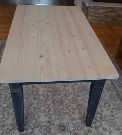 Drewniany stół po renowacji