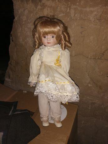 Lalka dla dziewczynki stojaca