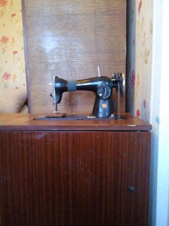 Продам кабинетную швейную машинку