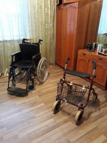 Инвалидное кресло и инвалидные ходули