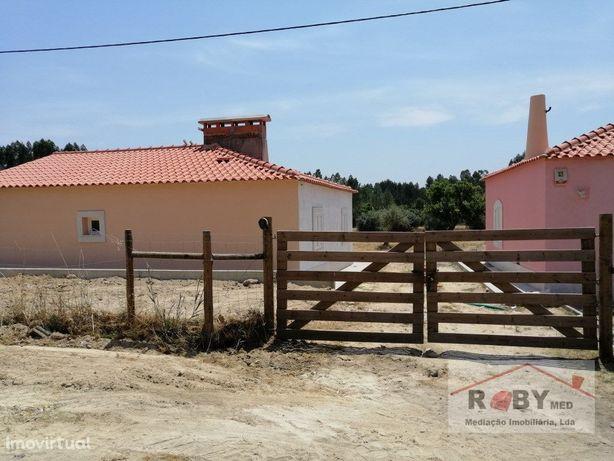 Quinta com 2 vivendas e terreno vedado.