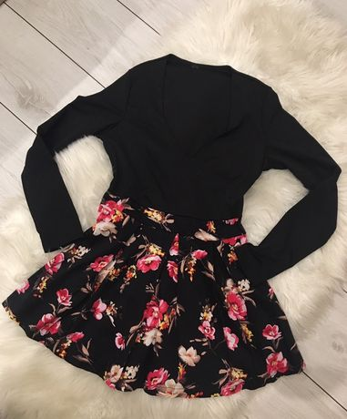 Czarna sukienka w kwiaty
