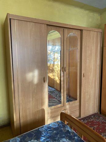 Szafa z drzwiami przesuwnymi i lustrami, garderoba