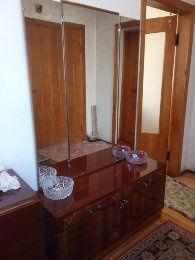 Комод із дзеркалом та шафа для одягу.