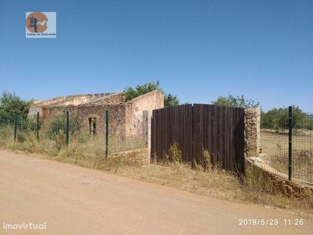 Ruina com 89 m2 e terreno com 8870 m2 em Paderne