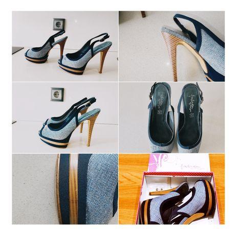 Sandália azul de salto alto