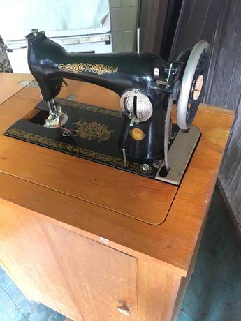Швейная ножная машинка со столешницей ПМЗ СССР (антиквариат)