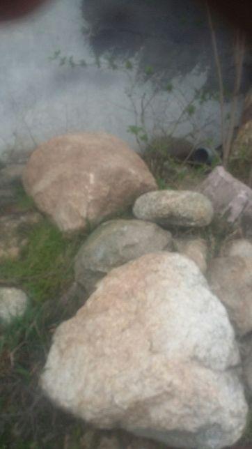 Kamień polny głazy i mniejszy