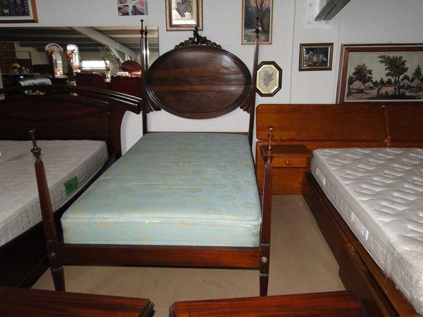 Conjunto de cama de solteiro em madeira com estrado e colchão