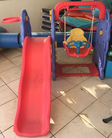 Baloiço com escorrega e tabela de basquetebol para crianças - Plástico