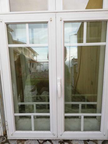 Portas e janelas em alumínio lacado a branco, com vidro duplo