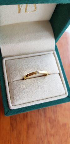 Złoty pierścionek z brylantem diamentem