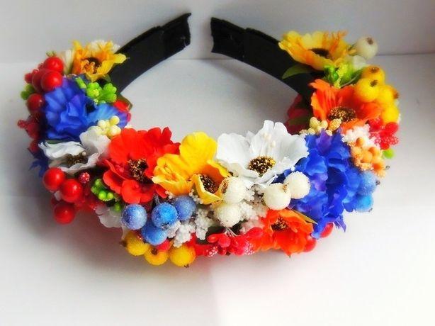 Ободок для волос с яркими цветами.