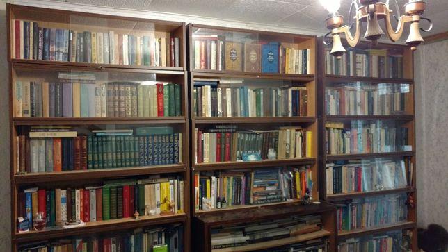 Продам книжные полки вместе с книгами