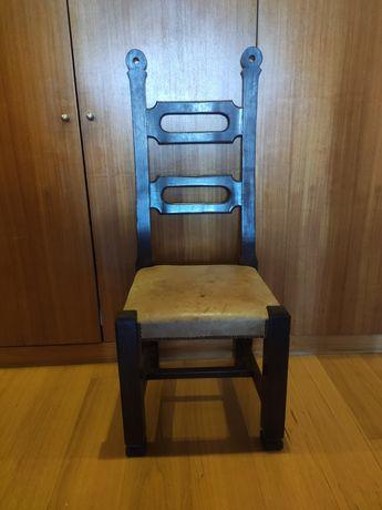 6 cadeiras em madeira com estofo em couro