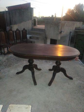 Mesa oval com 4 cadeiras