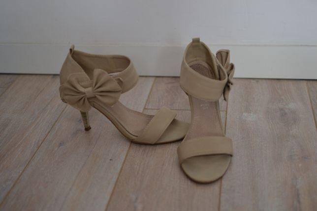 Eleganckie sandały z kokardką