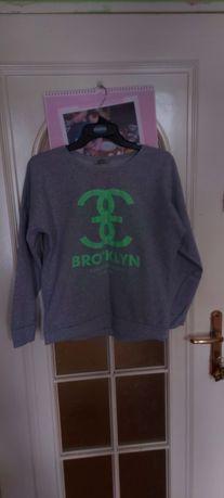 Szara bluza z zielonym motywem