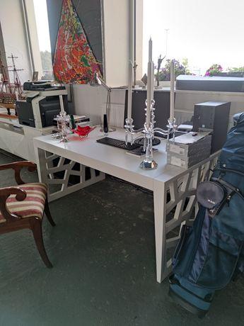 Stół biały z ozdobnymi bokami