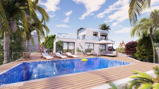 Moradia V3 com piscina e garagem inserida num lote com 886 m2