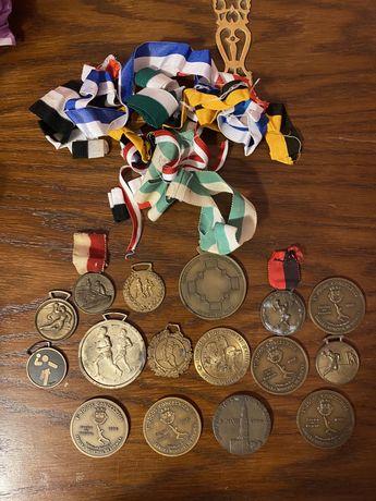 Conjunto medalhas antigas de participaçao desporto corrida andebol