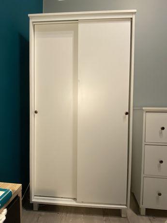 Biała szafa z rozsuwanymi drzwiami