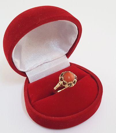 Złoty pierścionek zdobiony naturalnym koralem - Warmet - rozm. 13,5