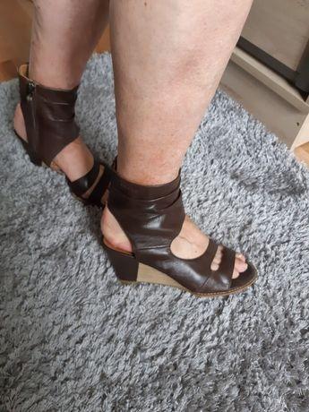 Sandały skórzane na brązowe firmowe Tamaris rozmiar 40 koturna 7