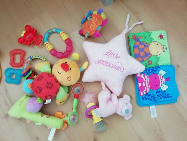 Zabawki, gryzaki, grzechotki, pozytywką dla niemowlaka