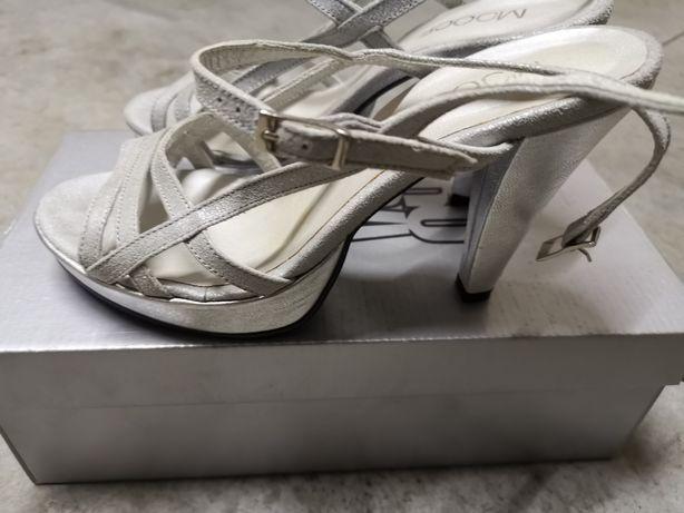 Sandálias cinza prata