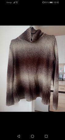 Dwukolorowy swetr z golfem